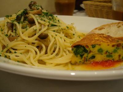 つぶ貝とキノコの塩味スパゲッティと生ハムと春野菜のオムレツ