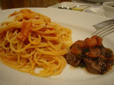 スパゲッティ アマトリチャーナ と 牛ロースのグリル