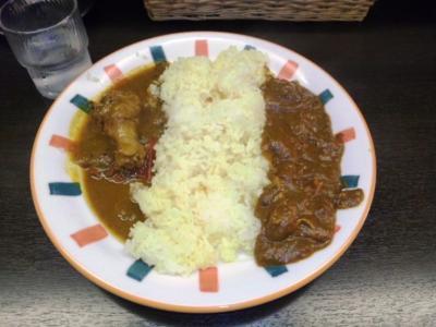 ベントタツインカレー800円ココナッツチキン(左)チキン(右)