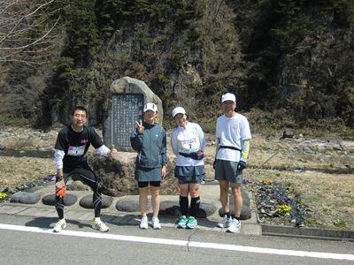 仏岩近くで (左から) Pさん、私、Pよめさん、八重ちゃん
