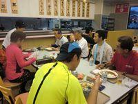 食堂にて皆で夕飯を食べる