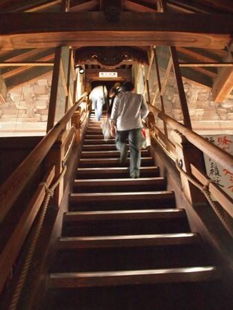 急な階段・・・