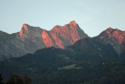 赤く燃える山