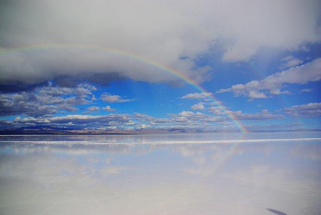 ウユニ塩湖の虹
