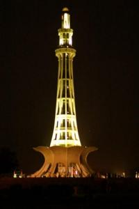 400px-Minar_-e_Pakistan_at_Night[1]