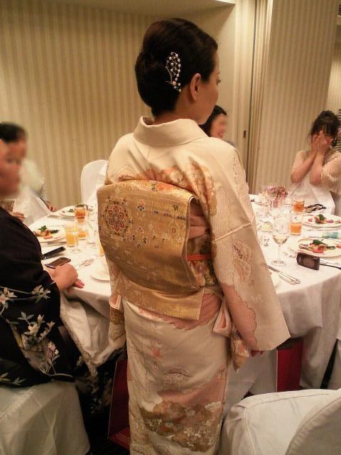 ちかさんは叔母様に誂えてもらったという刺繍の付け下げ。 帯もこの着物の為にゲットされて、帯揚げは初ゑり萬さんだそうです~。
