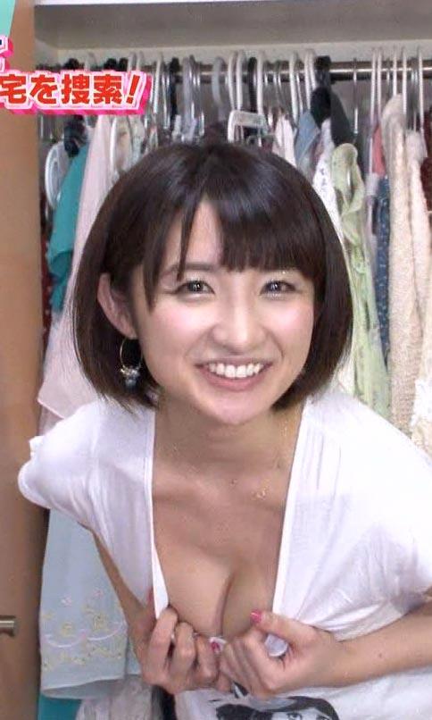 尾崎ナナの胸チラ