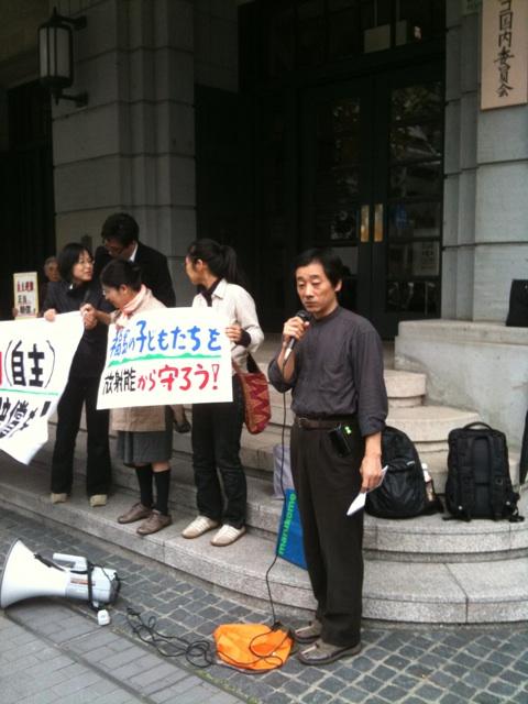 集まった方の前で自主避難の苦悩を話す福島ネットワーク中手さん