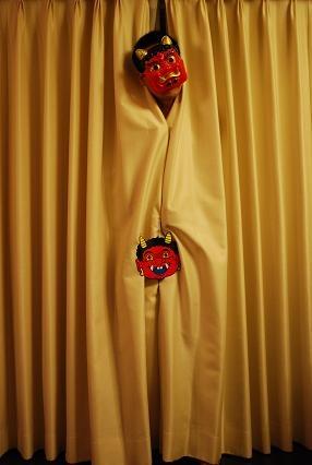 カーテンに隠れたチビ鬼