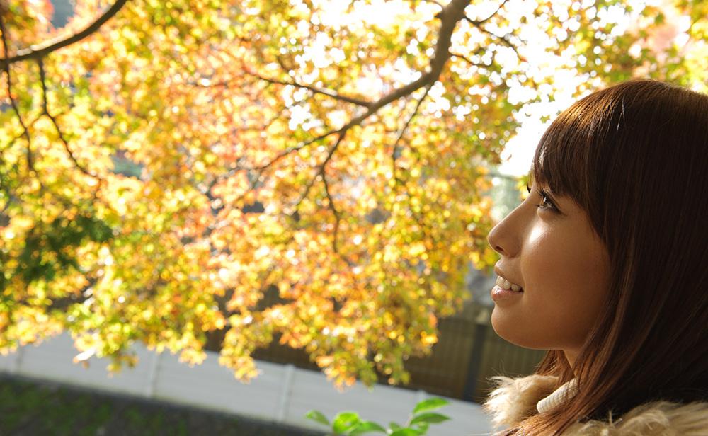 秋の訪れを感じながら…。秋を感じる風景と綺麗なお姉さん。