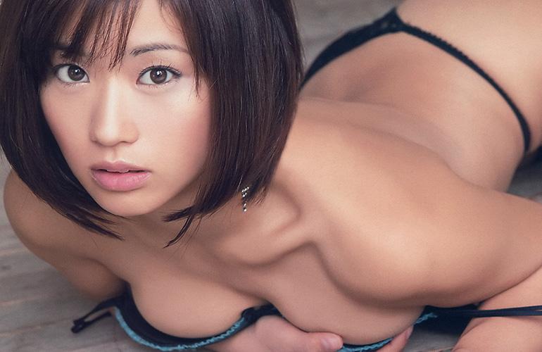安枝瞳 次世代グラビアクイーンのしなやかなカラダのライン