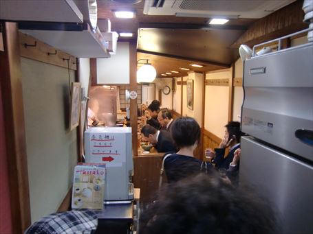 歌舞伎そばの狭い店内