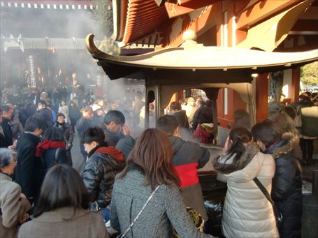 浅草寺の前の常香炉