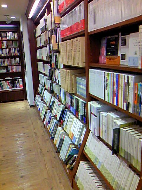 東京堂書店さんの人文書の棚