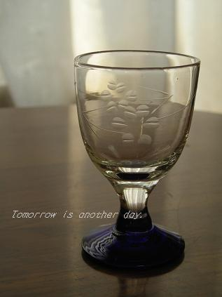 青い脚の小さなグラス