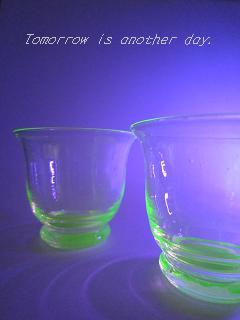 ウランガラスの杯 ブラックライト
