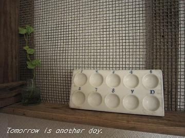 白い陶器製のパレット 棚へ