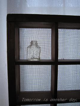 ガラスの小瓶 格子の棚と 2