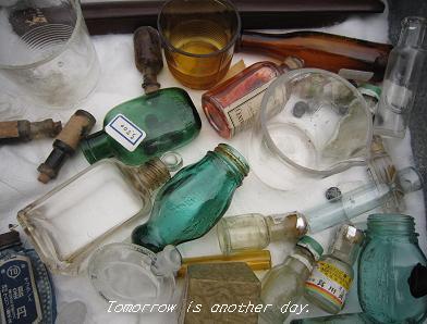 駄菓子ケースの中の瓶たち