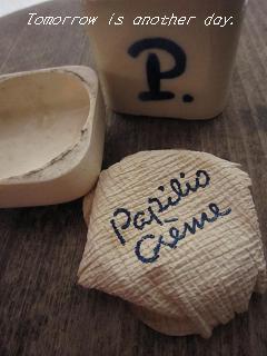 P.の小瓶 ロゴが印刷された紙とともに