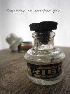 ちいさなアルミ缶に入ったインク瓶 アップ
