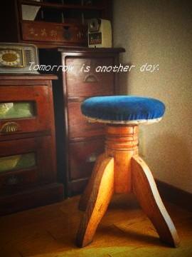 レトロな回転丸椅子 ディスプレイ