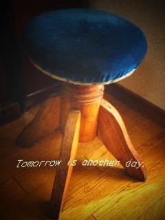 レトロな回転丸椅子 全体