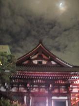 東長寺 本堂と月