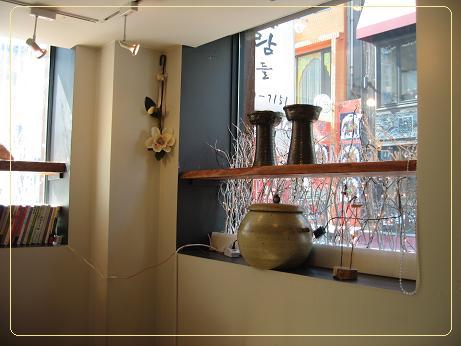 店内 窓辺に陶器