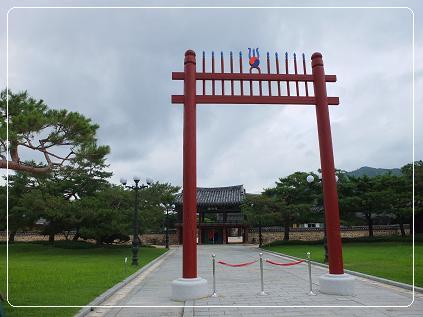 首露王陵 正門をくぐるとみえる