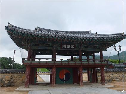 王陵の前の 楼