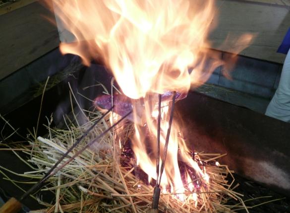 火からなるべく離れていたけど、それでも熱いですっ