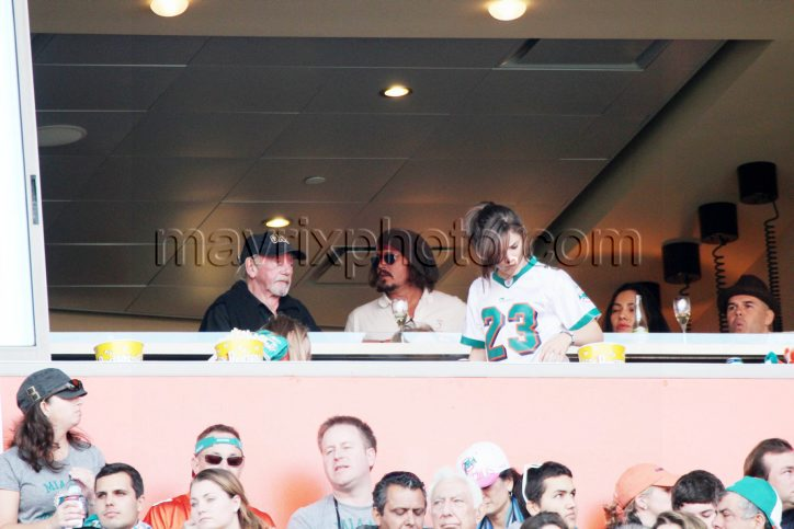 12_19_10_johnny-depp-dolphins-game_2.jpg