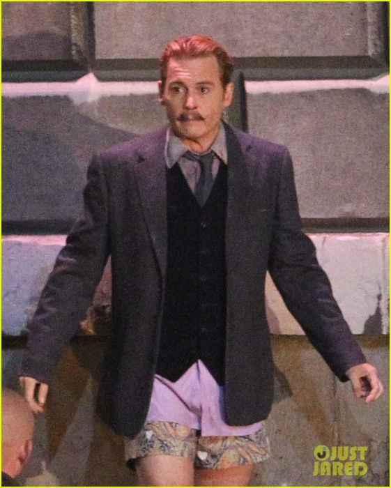 johnny-depps-pants-fall-to-the-ground-while-filming-mortdecai-02.jpg