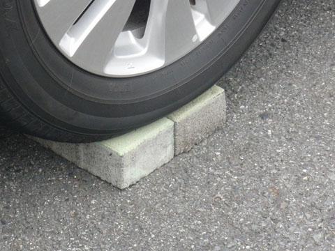 タイヤの下にレンガが