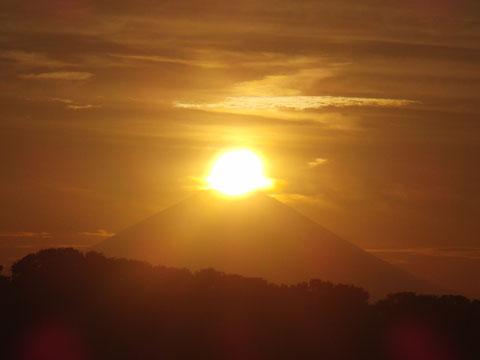 富士山に日が沈む