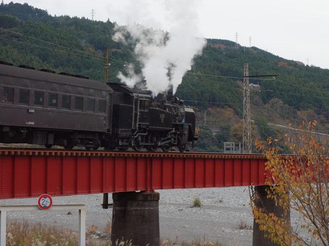 鉄橋を渡るSL