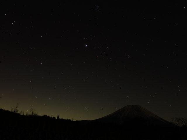 富士山にオリオン座が上ってくる