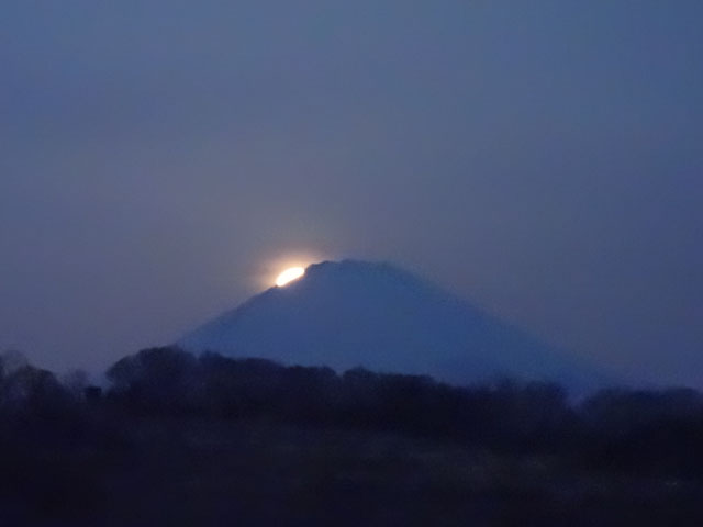 もうすぐ富士山の後ろになりますね