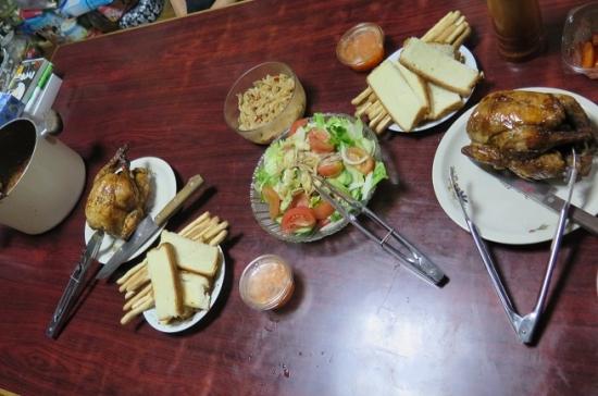 鳥の丸焼きのある食卓
