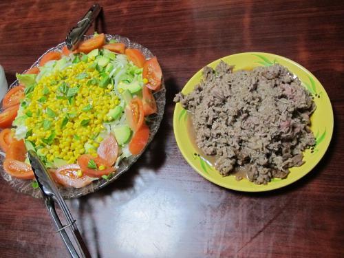 牛肉薄切りソテーとコーン入りサラダ