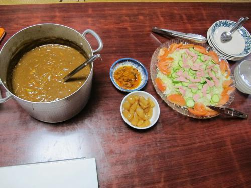 カレー、魚肉ソーセージ入りサラダ