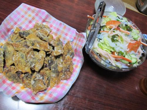 サバの竜田揚げ、海藻とカニカマ入りサラダ