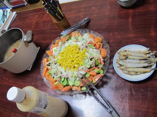 ツナコーンカニカマサラダ、みそ汁、シシャモ唐揚げ