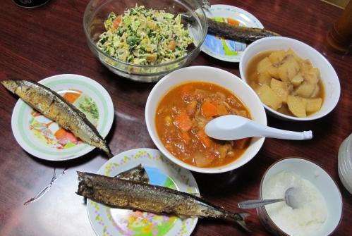 サンマ、大根とツナの煮物、なんかのトマト煮、サラダ