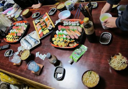 お寿司、しめさば、もやし溢れ味噌汁