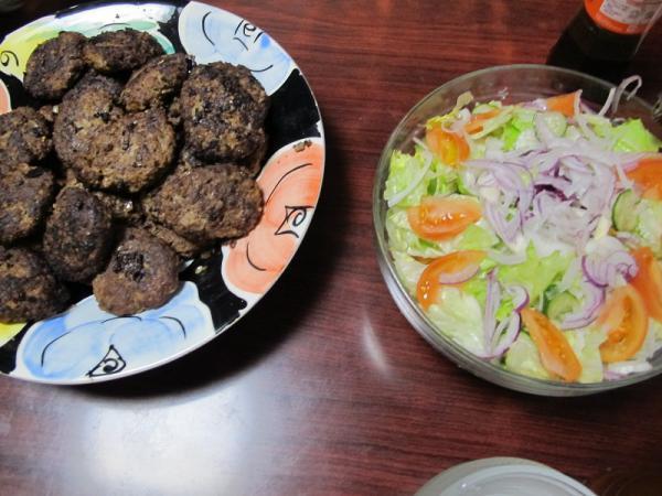 ハンバーグとサラダ