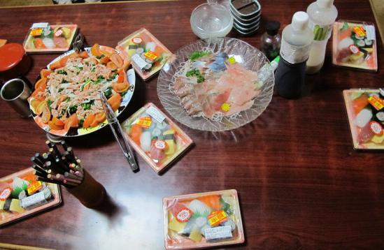 半額寿司、刺身盛り、豆腐ほうれん草サラダ