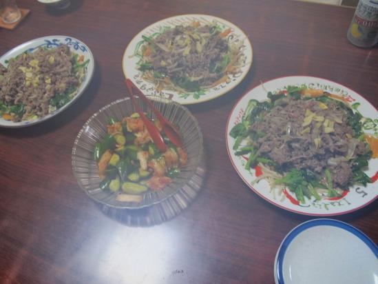 牛肉のせ野菜炒め、きゅうりキムチ和え