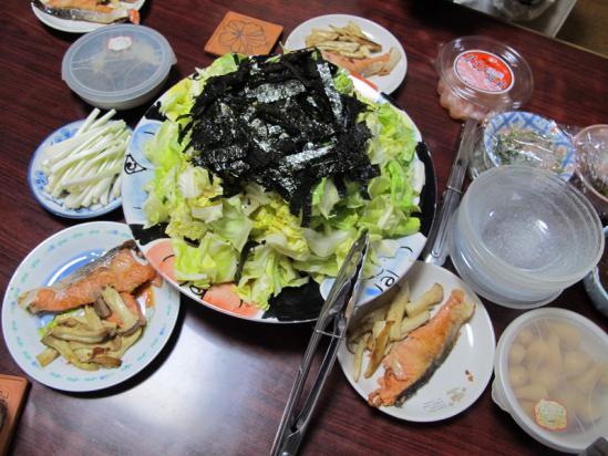 塩鮭とエリンギのソテー、キャベツの塩だれサラダ、残り物